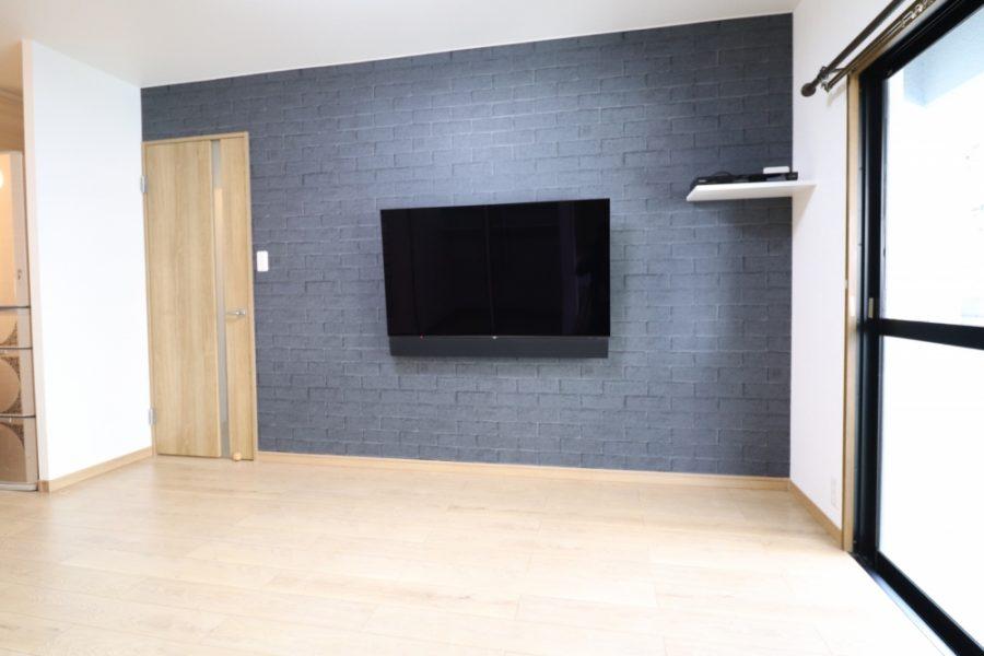 TV壁掛けしてレンガ調のシックなデザインに