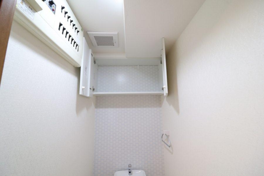 節水型便器と収納できる吊り戸