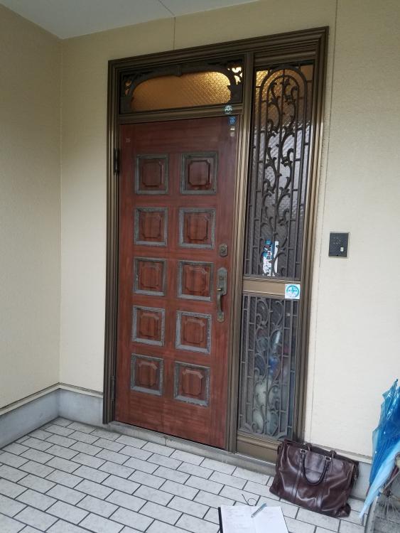 立派な盾構えの玄関へ