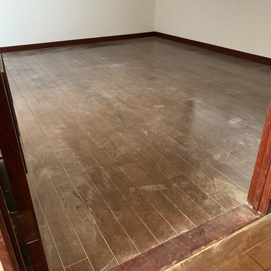 床は汚れを取ってワックス仕上げ