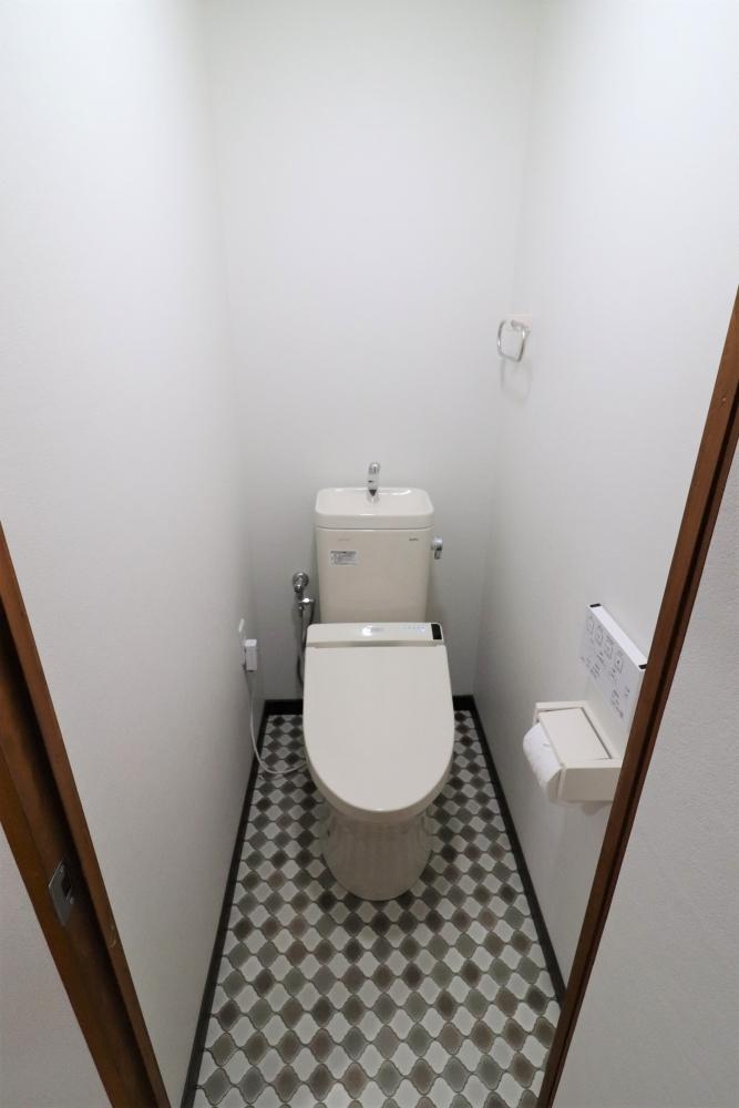 節水型トイレと床シート色がアクセントに