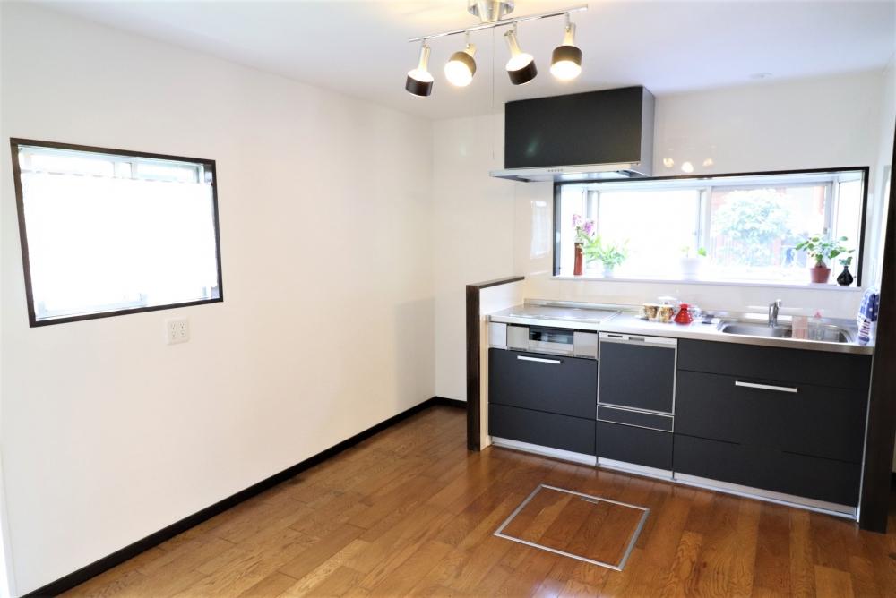 キッチン横に冷蔵庫スペースも造作しました
