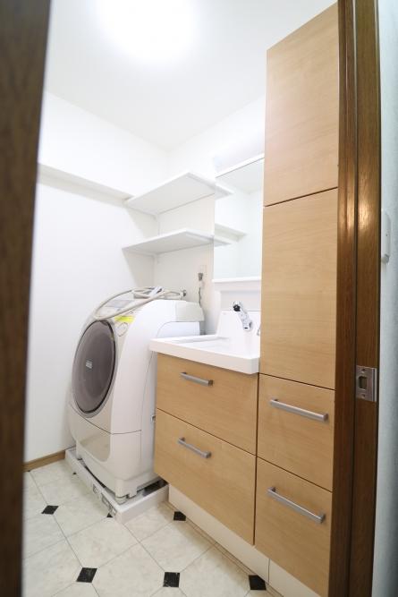 トール付きで収納たっぷり出来る洗面台