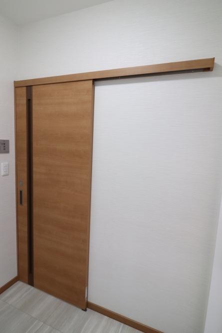 頑丈なホーロー洗面台と入口ドアは引き戸へ