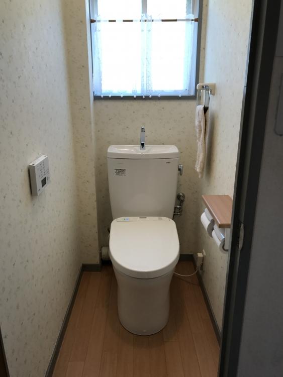 トイレはクロスを張り替えて清潔感あふれるトイレとなりました。