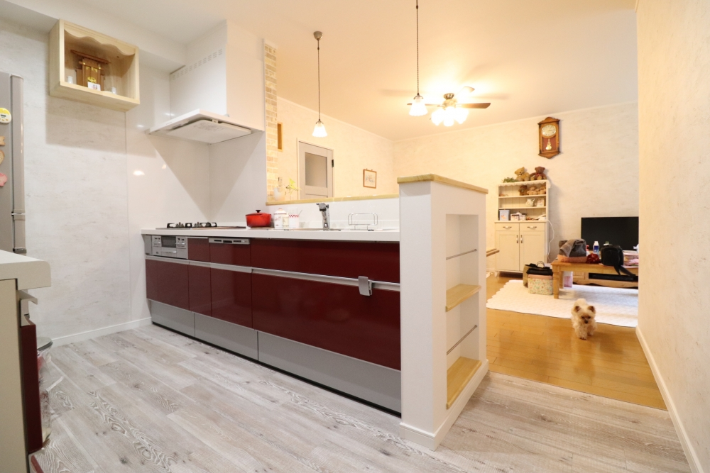 赤で鮮やかなキッチン