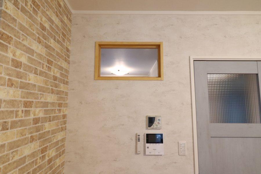 リビングドアと明り取りガラスを設置