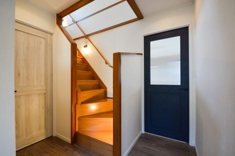 リビング入り口はネイビー色のドア