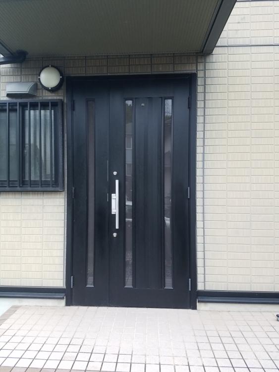 タッチキー付きのカントリー調な玄関ドア