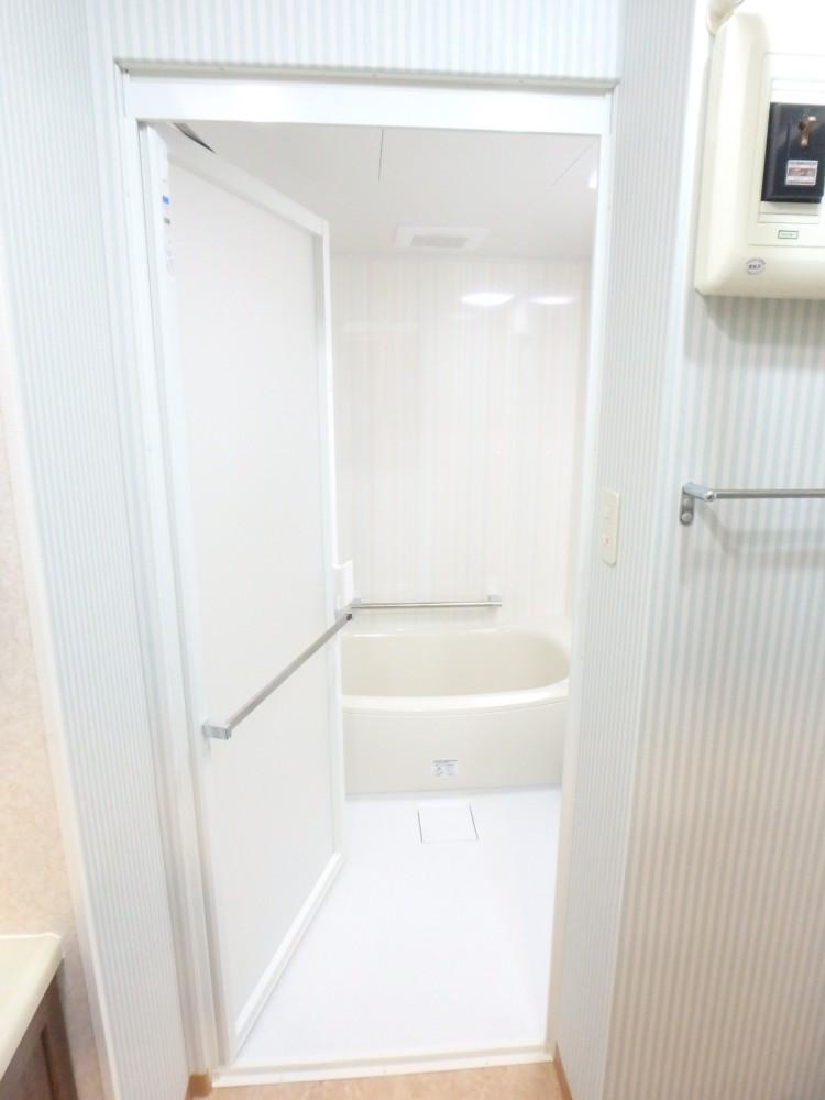 浴室は明るく広々と。ブルーストライプのクロスもおしゃれ!