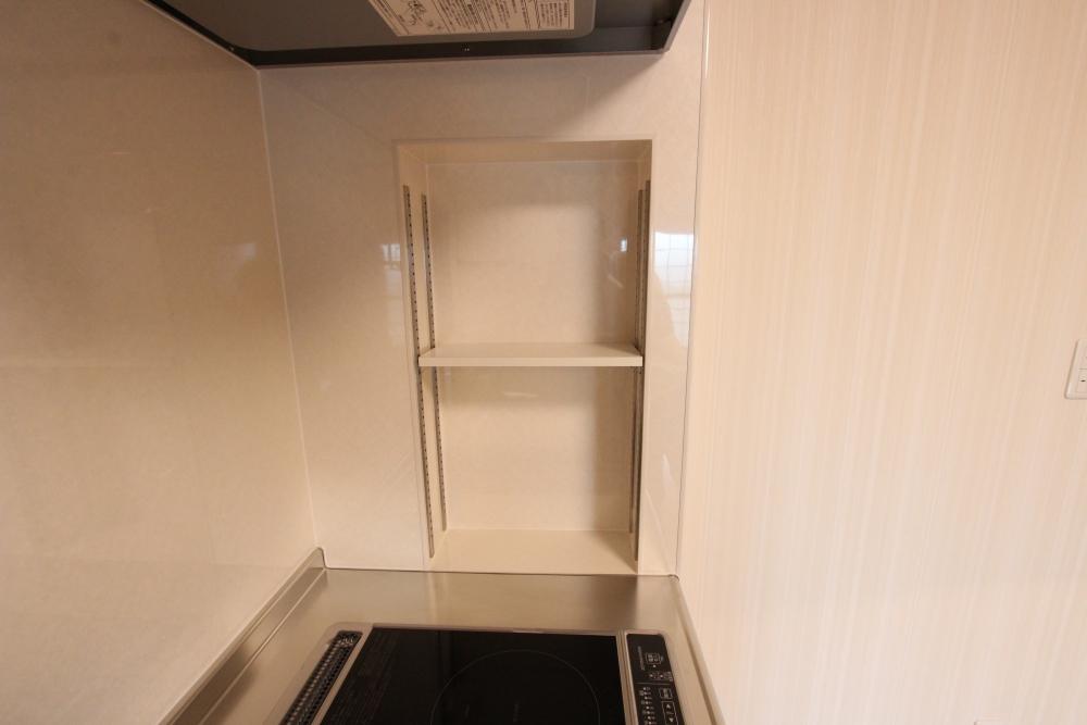 キッチン横は可動式棚で調味料など収納可能