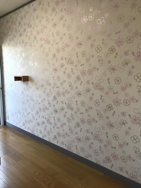 一面花柄のアクセントクロスでお部屋が明るくなりました。