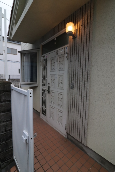 玄関ドアはカードをかざすと開きます