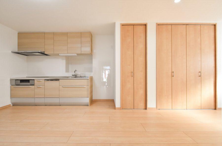 床やドアと統一感のある色合いのキッチン