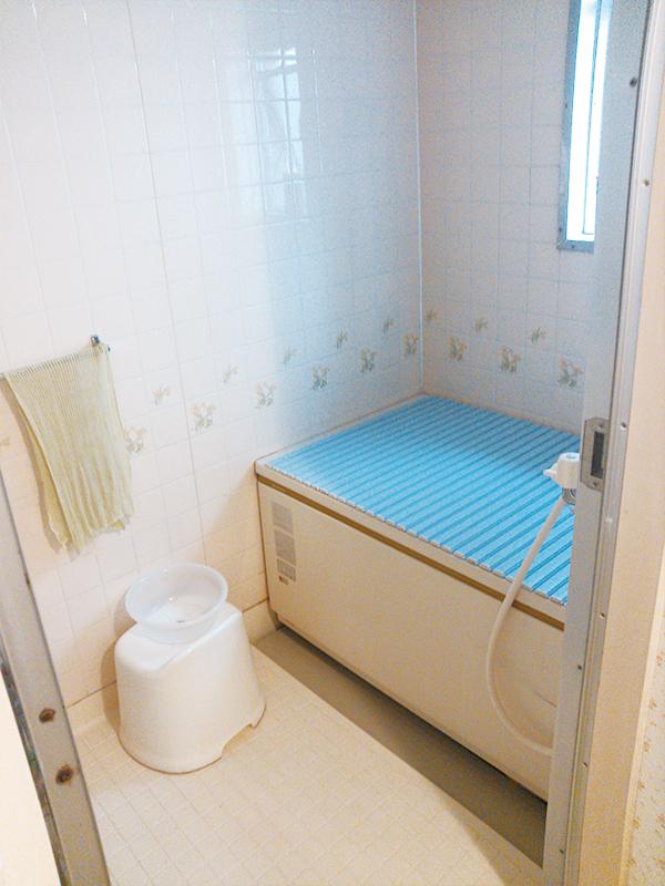 【浴室】浴室は広々、バリアフリーで安心
