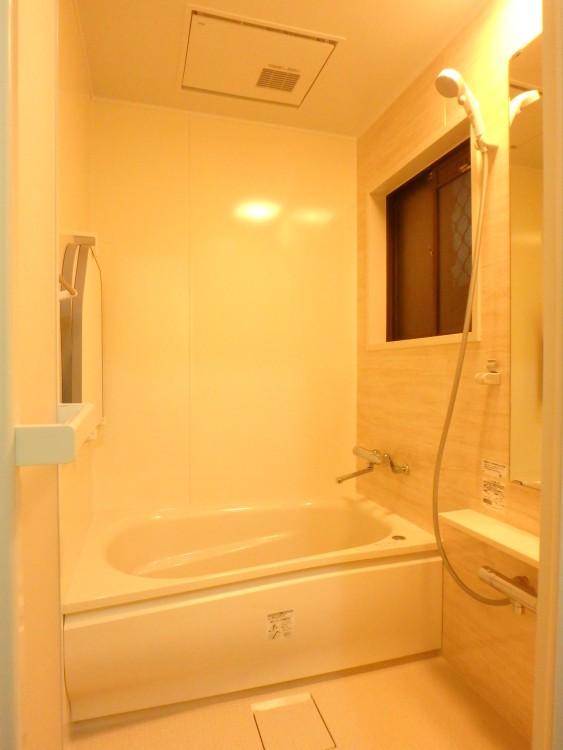 【浴室・脱衣所】高断熱浴槽やほっカラリ床で、真冬も暖かいバスタイムが楽しめます! 暖房機をダブル設置でヒートショック対策も万全♪