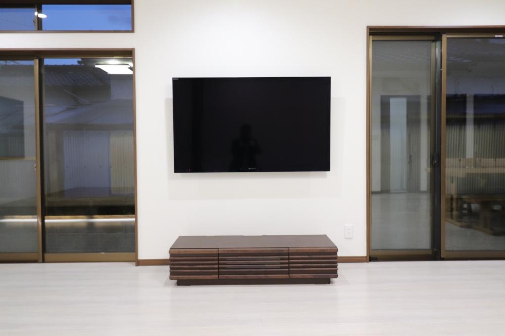 壁掛けのTVで配線隠蔽してスッキリ