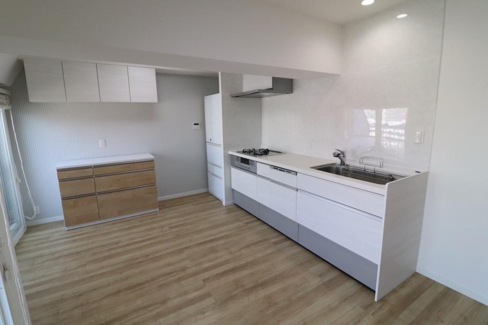 左側に冷蔵庫スペースを作りキッチンも新しく