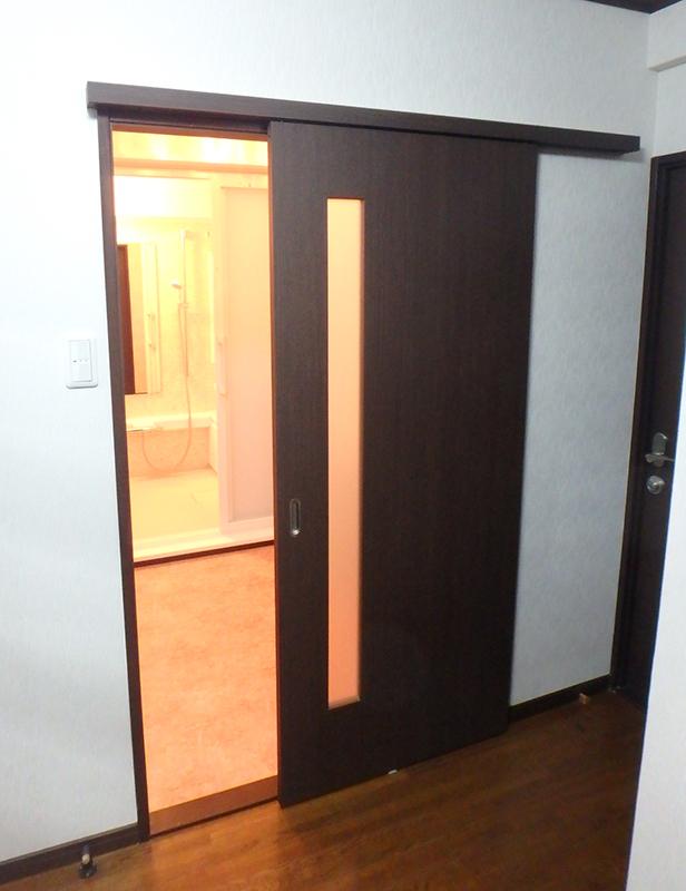 【洗面所前扉】洗面所前のドアも引き戸になりました。