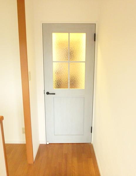 【洋室建具】それぞれの部屋で色をかえてアクセントも付き、素敵に仕上がりました。
