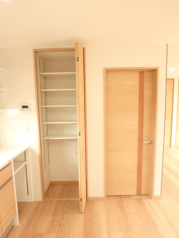 【台所の収納棚】棚の高さも調整できる、便利な収納棚ができました。