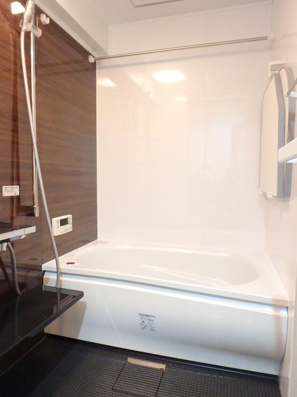 【浴室】人造大理石浴槽や暖房乾燥機、アクセントパネルや床がダーク系で高級感抜群の浴室に。