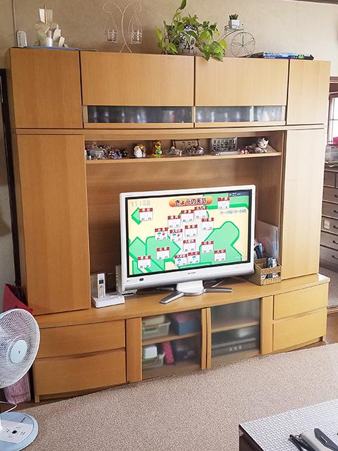 【テレビ台】設置する場所に構造上のハリがあったため、それに合わせてカットすることで収まりました。