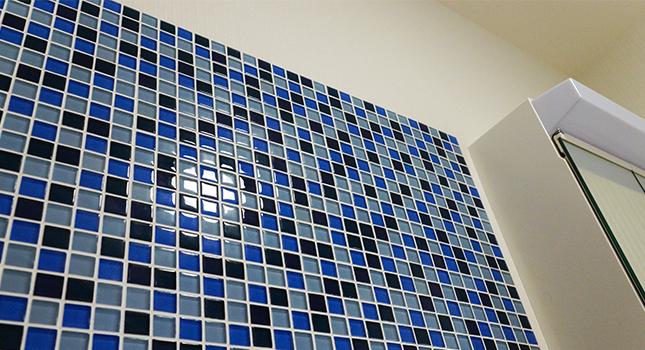【洗面所】白さで清潔感がよりUP。洗濯機の上の青いタイルがとてもキレイ。