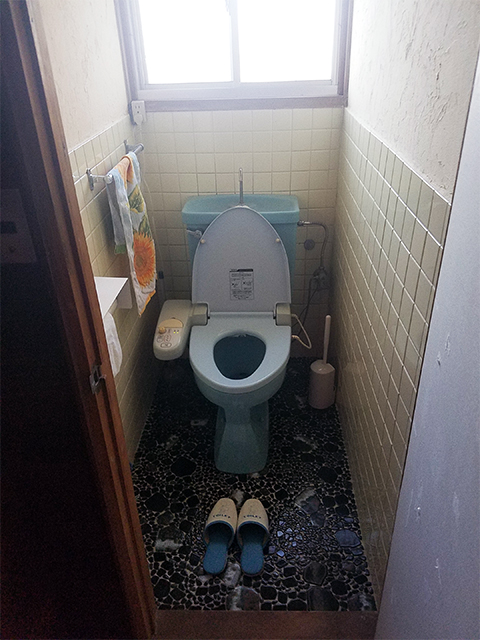 【トイレ】段差をなくし、節水型便器に取替。ここも落ち着いた色合いに。