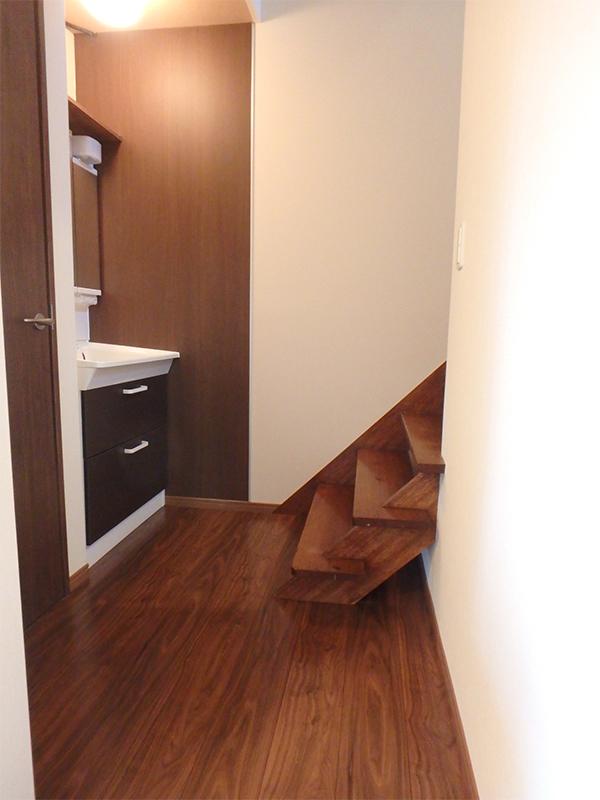 【廊下・洗面台】木目調パネルを貼って、オシャレな廊下回りになっただけでなく、水はね対策にも。