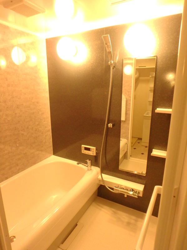 【浴室】傷に強く、見た目やお手入れしやすい上に、高級感もあって良い仕上がりです。