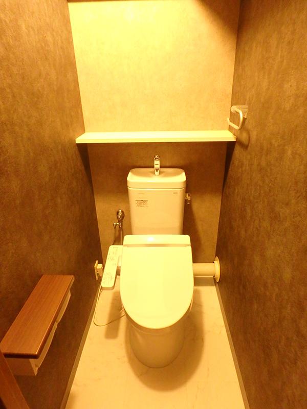 【トイレ】節水型便器マンション用タイプでお手入れしやすくなりました。浴室同様、シックな色合いです。