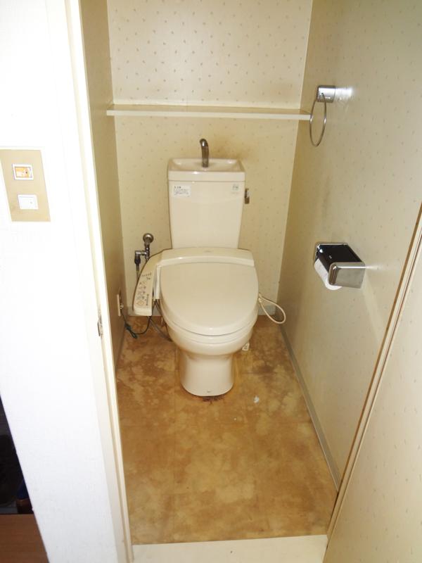 【トイレ】設備やクロスを新しくして、清潔感のある空間へ。