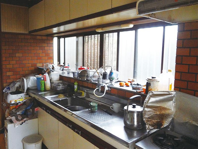 【キッチン】床や壁も貼り替えて、まるで新築のよう! L字型の対面キッチンは奥様憧れだったそうです。