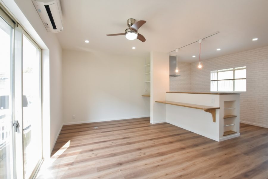 キッチンカウンターや棚も造作