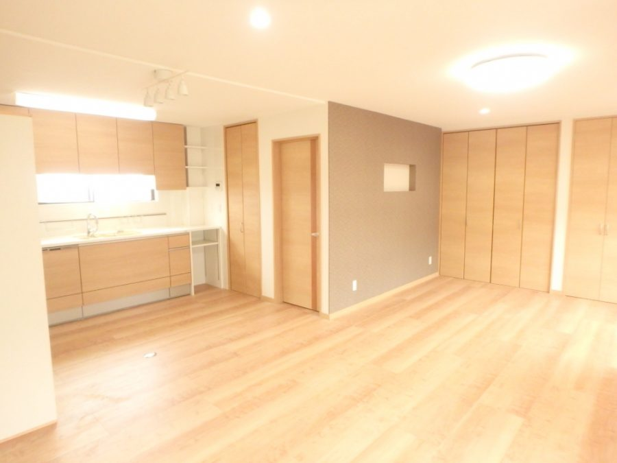 【和室→洋室】和室を洋室とし、隣の洋間と台所をつなげたことで、広々としたリビング・ダイニングルームの一部に。 壁は収納棚と仏間です。