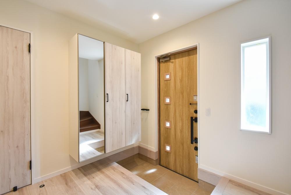 玄関ドアやタイルも張替え