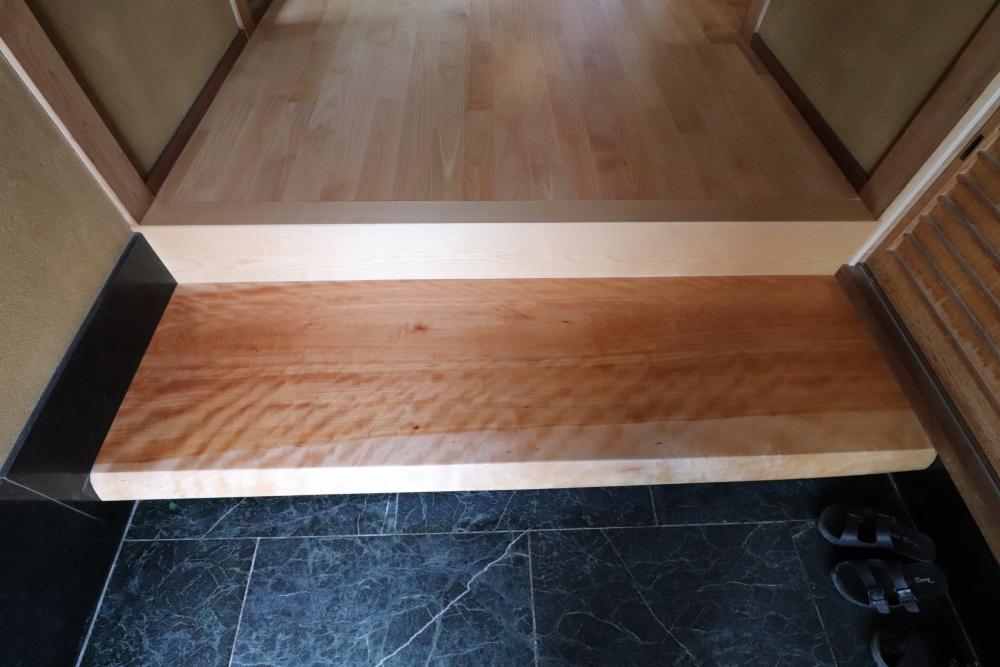 玄関踏み台も立派な無垢板に交換