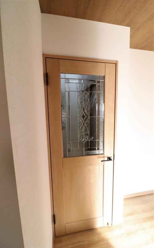 リビングドアはLIXILラシッサSのステンドガラス