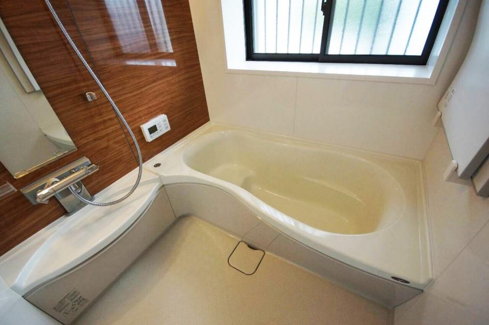 【浴室】人造大理石で丈夫なトクラスを採用