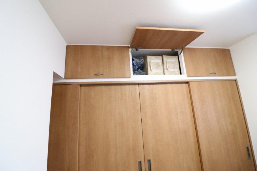デッドスペースに収納扉もオリジナルで造作