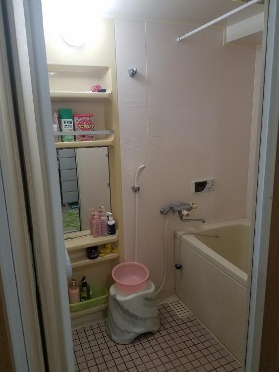 浴槽やカウンターは人造大理石になり、豪華で高級感あふれる浴室へ。