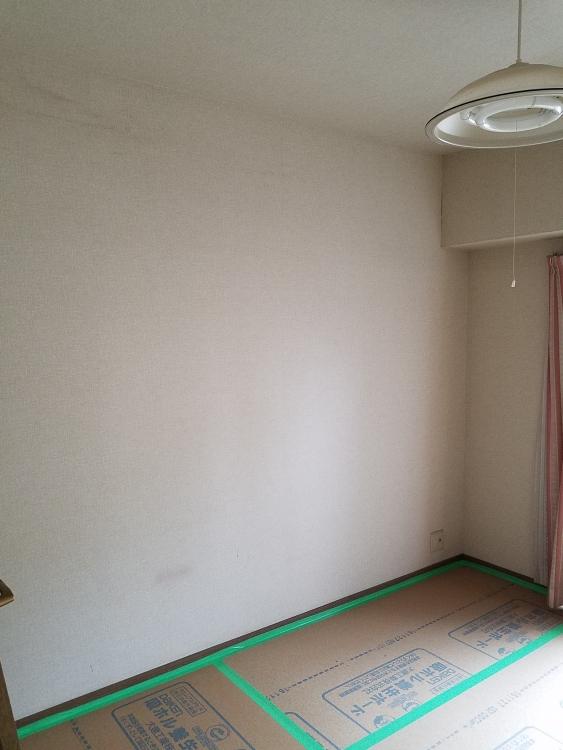 洋室2は寝室になる部屋でホワイト系の葉っぱ柄の落ち着いたクロスに張替えました。