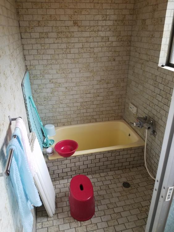 暖かい清潔感のある浴室に