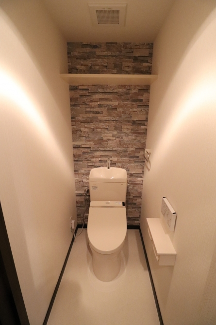 トイレに石目調アクセントクロス