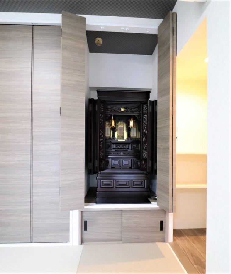 クローゼットに合わせて造作で作った仏壇ドアと地袋引き戸