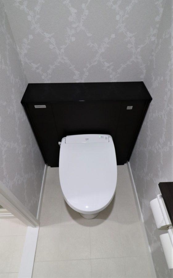 オート開閉タイプの棚付トイレへ交換