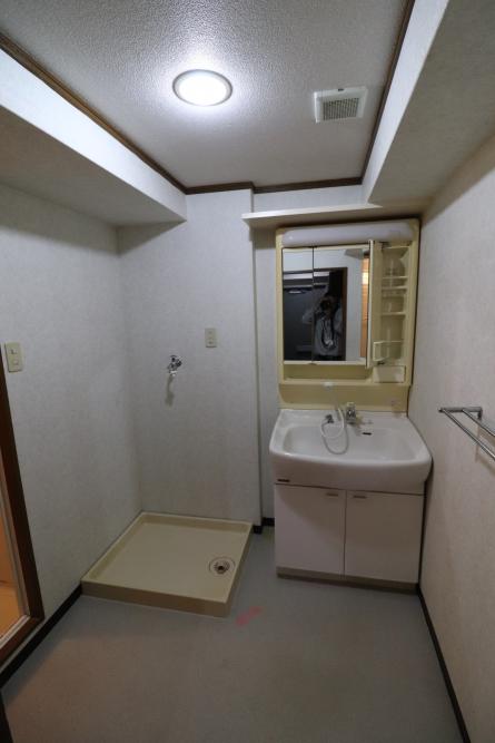 ホテルのようなオシャレな洗面所へ