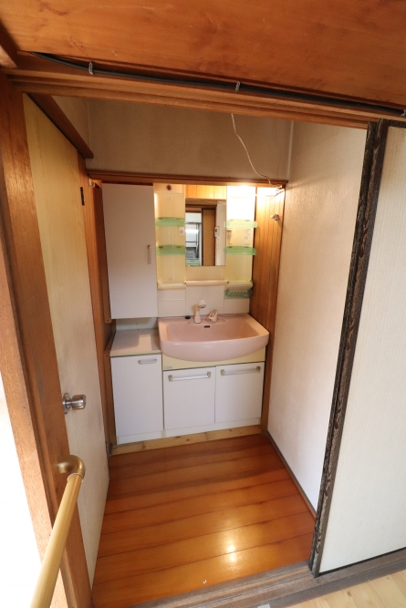 車椅子対応の洗面台と棚のセット