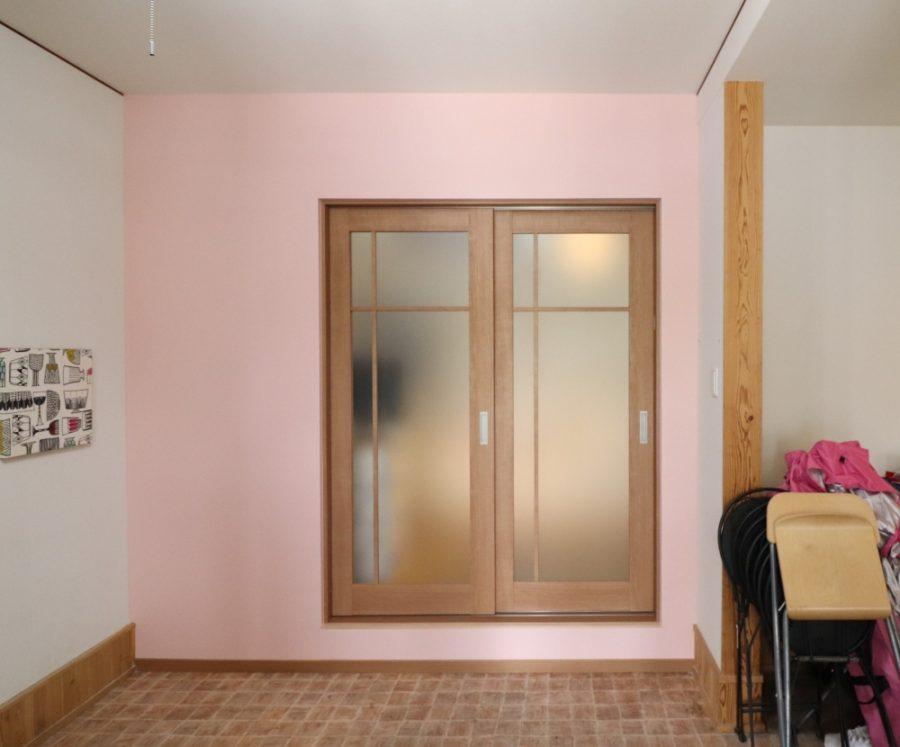 明るい開口デザインのドアへ